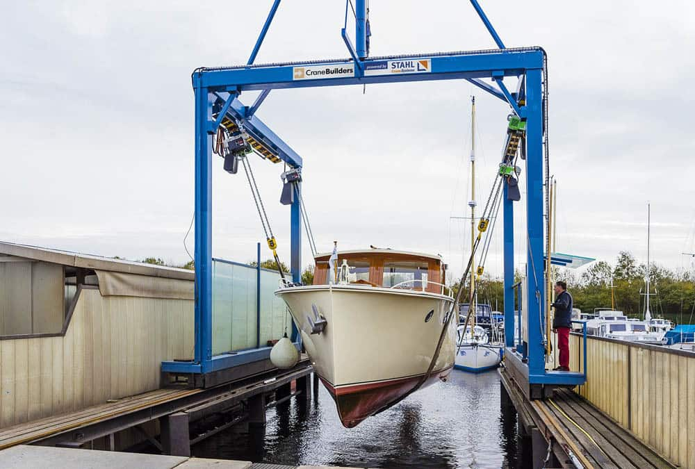 Транспортировка яхт в сухой док новым краном для подъема лодок